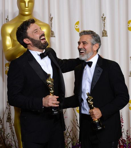 oscars-2013-ben-affleck-et-george-clooney-qui-produisait-ont-remporte-l-oscar-du-meilleur-film-grace-a-argo_140467_w460